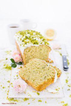 Kuchen Rezepte, Zucchini Rezepte: Rezept für einen saftigen Zucchini-Kuchen von herzelieb. Herrlich fruchtig mit ganz viel Zitrone. Schneller Kuchen, der lange saftig bleibt, super schmeckt und ganz einfach ist. Ein echter Sommerkuchen #herzelieb #kuchen #zucchini #zitrone #zuckerguss #sommer