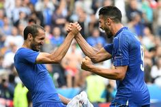 (LtoR) Italy's defender Giorgio Chiellini and Italy's forward Pelle celebrate after the Euro 2016 round of 16 football match between Italy and Spain at the Stade de France stadium in Saint-Denis, near Paris, on June 27, 2016.  .Italy won the match 2:0. / AFP / VINCENZO PINTO