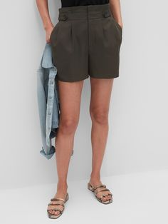 Shop Banana Republic Factory's Button-Tab Pull-On Shorts - 5 inch inseam: Hook and bar closure with inside stay button., Front off-seam pockets., Made exclusively for Banana Republic Factory. Fall Fashion Trends, Spring Fashion, Autumn Fashion, Fashion Bloggers, Extra Petite, Petite Size, Petite Fashion, Curvy Fashion, Style Fashion