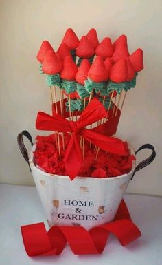 Discover thousands of images about Arreglo floral hecho con chuches como si fueran fresas Food Bouquet, Candy Bouquet, Candy Party, Party Treats, Bar A Bonbon, Fruit Creations, Sweet Trees, Candy Flowers, Candy Cakes