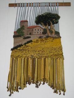 Este tapiz de la conocida masia de Cal Bas en Platja d'Aro, está realizado en algodón y lana.  Destaca el torreón, tejido en redondo para da...