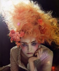 her expression, her makeup, the interplay of light in her hair. I want this girl to be a huge portrait. Foto Fantasy, Fantasy Hair, Fantasy Makeup, Fantasy Forest, Coiffure Hair, Avant Garde Hair, Foto Fashion, Fashion Hair, High Fashion