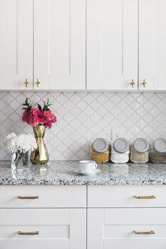 Kitchen Tile Countertops Diy Backsplash Ideas 23 Ideas For 2019 Diy Backsplash, Kitchen Decor, Kitchen Cabinet Design, White Modern Kitchen, Diy Kitchen Backsplash, Diy Kitchen, Kitchen Remodel, Trendy Kitchen, Kitchen Hardware