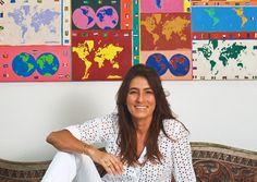 INSIDER RIO DE JANEIRO: MUCKI SKOWRONSKI Sie lebt in Rio de Janeiro und hat ein Hotel in Bahia: die Textilkünstlerin und Designerin Mucki Skowronski. Seit über 20 Jahren ist sie gestalterisch tätig – kräftige Farben ziehen sich wie ein roter Faden durch ihre Arbeit.