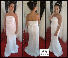 Vestido de novia de encaje con escote palabra de honor y cinturón con pedrería
