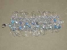 bracelete em crochê de fios de metal, fio de aço inoxidável, bordado com pedras naturais ( lapis lazuli)