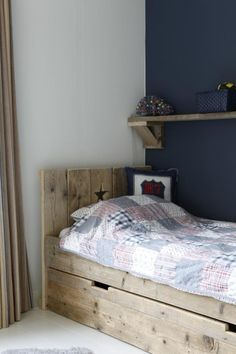 mooi bed van steigerhout met lade=pretty bed made from barnwood with drawers. Boy Toddler Bedroom, Baby Bedroom, Girl Room, Girls Bedroom, Diy Furniture Projects, Home Furniture, Diy Bett, Daughters Room, Kids Room Design
