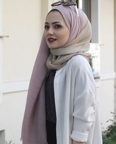 Image may contain: 1 person Simple Hijab, Hijab Casual, Hijab Chic, Hijab Outfit, Islamic Fashion, Muslim Fashion, Modest Fashion, Fashion Outfits, Mode Turban