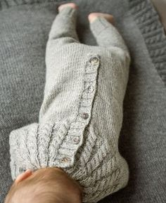 Free pattern in Norwegian. Knitted Baby Clothes, Knitted Romper, Baby Hats Knitting, Knitting For Kids, Baby Knitting Patterns, Knitting Designs, Baby Patterns, Baby Boy Outfits, Kids Outfits