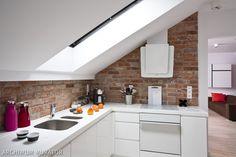 Aranżacja kuchni na poddaszu: ściana pod oknem
