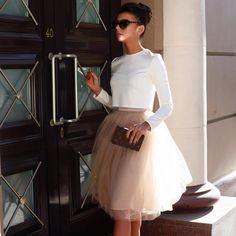 """""""I'm crossing you in style someday.."""" всё это неповторимый Breakfast at Tiffany Девушки, давайте начинать день легко и непринужденно, как несравненная Холли Голайтли (Audrey Hepburn), с чашечки ароматного кофе и нежнейшего круасана И конечно же какое лето без темных очков, которые являются завершающей деталью любого женственного образа * на фото: - пачка-миди цвета """"нюд"""" 8000₽ - белый кроп-топ 5000₽ #ilovetskirt #tskirt"""