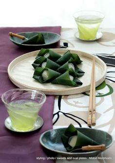 和菓子『笹巻き甘酒葛まんじゅう』steamed bun flavored with Japanese sake and ginger *styling / photo / oval plates and sweets : Midori Morohoshi(http://ameblo.jp/greenonthetable/imagelist.html)