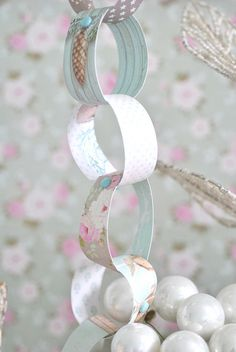 Shabby Chic Paper chain love it! Vintage Pink Christmas, Christmas Rose, Shabby Chic Christmas, Simple Christmas, Shabby Chic Paper, Shabby Chic Porch, Christmas Goodies, Christmas Crafts, Christmas Decorations