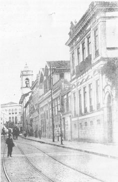 Final do século 19 - Casa do empreiteiro português Manuel Ferreira Leal, à direita na foto. Rua Florêncio de Abreu 111, habitualmente identificada como a antiga residência de D. Marieta.