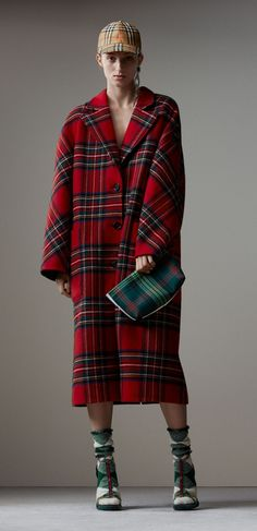 A long tailored coat cut for an oversized silhouette. Sporting a bold tartan pattern, it is woven in double-faced wool with touches of cashmere. Go head-to-toe tartan with plaid accessories.