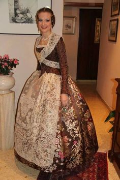 Vestido valenciana s.XVIII ( faller mayor de valencia año2013) Victorian Costume, Ethnic, Vintage Outfits, Costumes, Costume Ideas, Sari, Glamour, Elegant, Formal