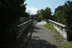 Diese Brücke hängt weitgehend unbemerkt seit Herbst 1979 über der Heerstraße in Berlin-Spandau (Staaken); sie schwebte einst in der City West über der Tauentzienstraße, daher der Name: Tauentzienbrücke.