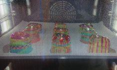 Fröhliches Handy aus geschmolzenen Plastikbecher! | plasticbekerssmelten | windgongknutselen | mobileshandwerk | De Knutseljuf Ede ✂️ Plastic Cup Crafts, Plastic Cups, Easy Art Projects, Projects To Try, Sharpies, Art For Kids, Crafts For Kids, Decor Crafts, Diy Crafts