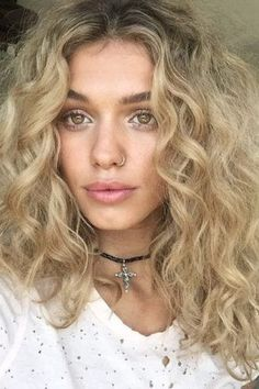 Close up shot of a woman with golden blonde loose perm curl – Kimberly White - Perm Hair Styles Loose Spiral Perm, Loose Curl Perm, Wavy Perm, Perm Curls, Perm On Medium Hair, Spiral Perms, Medium Permed Hairstyles, Loose Hairstyles, Headband Hairstyles