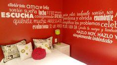 Los colores en este departamento fueron seleccionados en base al Feng Shui, para que la casa se colme de energía positiva y muy buena vibra. En el estar se decoró la pared roja con vinilos blancos y en el dormitorio igual, pero en este caso con frases más personales, estimulantes para la habitante del lugar, casi mensajes de amor y de aliento.
