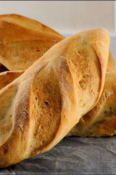 Crusty French Bread - Easy 6 ingredient recipe with only 20 minute prep time Sin Gluten, Crusty French Bread Recipe, Baking Bread At Home, 6 Ingredient Recipe, Multi Grain Bread, Yeast Donuts, Bread Maker Recipes, Pan Bread, Bread Rolls