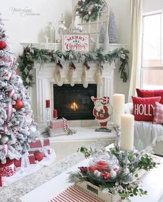Here are 100 Best Christmas Mantel Decorations. Take inspiration for the perfect Christmas Fireplace decor, that include various themes & traditional styles Christmas Interiors, Christmas Living Rooms, Christmas Room, Christmas Coffee, White Christmas, Christmas Trees, Minimalist Christmas, Christmas Stockings, Modern Christmas