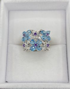 Bague style floral en or blanc avec diamants, topazes et Améthystes véritables Style Floral, Heart Ring, Rings, Jewelry, Topaz, White Gold, Ring, Jewlery, Jewerly