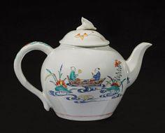 CHANTILLY Théière ovoïde couverte en porcelaine tendre à émail stannifère à décor polychrome dans le goût Kakiémon, d'une scène animée - deux Chinois dans une barque - d'un côté, et de tiges fleuries de l'autre. Prise du couvercle en forme de volubilis. XVIIIe siècle. Marquée au cor de chasse rouge. Hauteur : 13,5 cm Longueur : 18,5 cm Le motif de « la barque » se retrouve sur une coupe - N° 113 - dans la vente Halinbourg - Paris Drouot - mai 1913.
