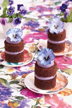 Purple Pansies sugarcraft cake flowers with Peggy Porschen (BridesMagazine.co.uk)