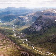 いいね!4,184件、コメント34件 ― Love GREAT Britainさん(@lovegreatbritain)のInstagramアカウント: 「The view of Lairig Ghru from the top of Ben MacDhui in the #Highlands of #Scotland by @louiseoupas.…」