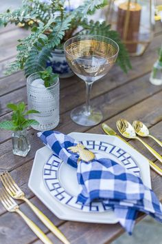 bue and white dinner party tablescape place setting Dinner Party Decorations, Table Decorations, Centerpieces, Greek Dinners, Fashionable Hostess, Holiday Tables, Christmas Tables, Thanksgiving Table, Super Party