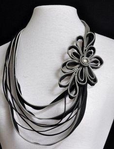 the zipper necklace Zipper Jewelry, Fabric Jewelry, Handmade Crafts, Handmade Jewelry, Zipper Flowers, Fabric Flowers, Zipper Crafts, Diy Necklace Bracelet, Flower Necklace