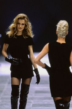 Versace Fall 1991 Ready-to-Wear Fashion Show Versace Fall 1991 Ready-to-Wear Collection Photos - Vogue 1990s Fashion Trends, Fashion Models, Fashion Guys, New Fashion, Runway Fashion, High Fashion, Fashion Show, Fashion Outfits, Fashion Glamour