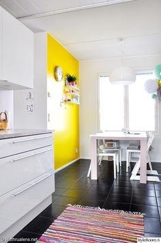 räsymatto,moderni,mustavalkoinen,keltainen,tehosteseinä,ruokapöytä,string pocket,seinähylly,keittiö,värikäs koti,keittiön sisustus