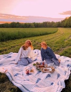 28 Aesthetic Summer Vibes Ideas That Inspire - Fancy Ideas about Everything Cute Friend Pictures, Friend Photos, Funny Pictures, Shooting Photo Amis, Fotografia Retro, Best Friend Fotos, Shotting Photo, Poses Photo, Cute Friends