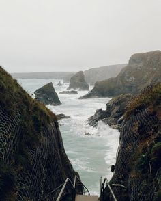 The Bedruthan Steps in Cornwall on a bit of a wild day a few weeks ago. Sunshine is great and everything but we live on this island because the weather changes constantly and we can never guess what the sky will bring next.  #HaarkonNotes #Haarkon #roamtheplanet #earthpics #coloursofnature #cornwall #bedruthansteps #folkmagazine #howitravel #omgb #visualsoflife #outsideisfree #thegreatoutdoors #wildbritain #swisbest #lovegreatbritain #seaview #coastalwalk #naturegram #lifestylebloggers…
