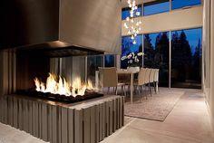cheminée contemporaine, design spectaculaire, grande salle à manger et suspension magnifique