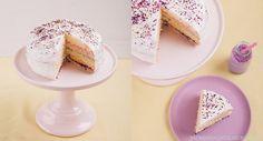 Rezept für eine leckere, gesunde Regenbogentorte mit Quark - ganz ohne Lebensmittelfarbe. Der Regenbogenkuchen ist perfekt für Kindergeburtstage und Co!
