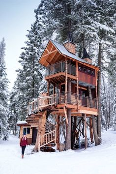 House exterior small loft ideas for 2019 Future House, My House, Treehouse Cabins, Treehouses, Cabin In The Woods, Cabins In The Mountains, Cool Tree Houses, Crazy Houses, Tree House Designs