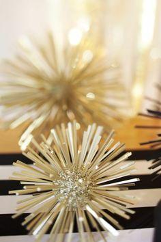 Kleine Styropor-Kugeln aus dem Bastelladen mit Glitzer verzieren und Zahnstocher reinstecken. Wunderschöne Tischdeko   fantastische Silvester Deko Idee