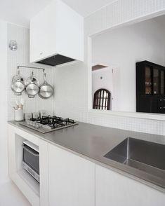 いいね!37件、コメント1件 ― TileLife(タイルライフ)さん(@tilelife.co.jp)のInstagramアカウント: 「. 白いモザイクタイルでまとめた清潔感があるキッチン . 天板には、傷がつきにくいバイブレーション仕上げのステンレスを使用しました。 . 『 en 』#富永哲史建築設計室 .…」