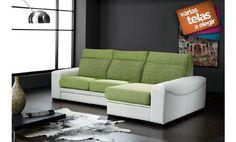Elegante sofá de tres plazas con chaise longue a la derecha, tapizado en tela y piel textil.