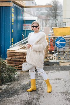 6ad7d46012  Valentinstagsoutfit  in Winter White Teddymantel