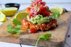 Lakseburger - opskrift på Low Carb lakseburger med guacamole og salsa