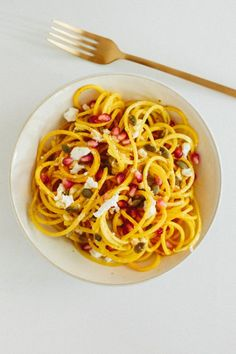 Golden Beet Noodles with Goat Cheese, Pepitas, and Pomegranate 21 Delicious Veggie Noodles To Make With Your Spiralizer Carrot Noodles, Veggie Noodles, Cheese Noodles, Veggie Bullet, Spiralizer Recipes, Vegetable Spiralizer, Zoodle Recipes, Cooking Recipes, Healthy Recipes