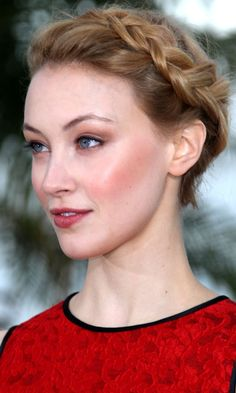 addaad0fabbd52 Sarah Gadon Showed Off A Halo Braid At Cannes Film Festival, 2012  Maquillage, Nora