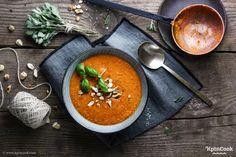 Diese schnelle Paprikasuppe ist im Nu auf dem Tisch. Gesund, vegan und super lecker! Übrigens kannst du die Suppe auf Wunsch auch roh zubereiten.