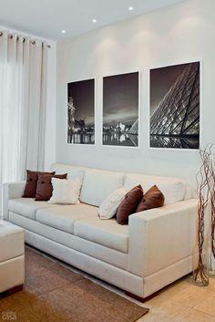 Cortina + Quadros: um leve tecido de linho cru divide sala e terraço no…