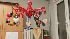 Letters en hartjes ophangen in de klas