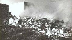 """Toneladas de libros consumidos por el fuego. La quema de miles de ejemplares del Centro Editor de América Latina fue otro de los grandes crímenes de una dictadura asesina. En este artículo, un repaso por aquel episodio de 1980 en un descampado de Sarandí, que vino a confirmar la sentencia del poeta alemán Heinrich Heine: """"Donde se queman libros, se terminan quemando también personas""""."""